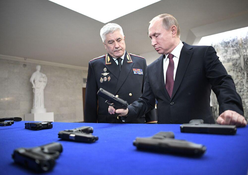 Presidente russo Vladimir Putin e ministro do Interior russo Vladimir Kolokoltsev visitam exposição de armas antes de se reunirem, 28 de fevereiro de 2018
