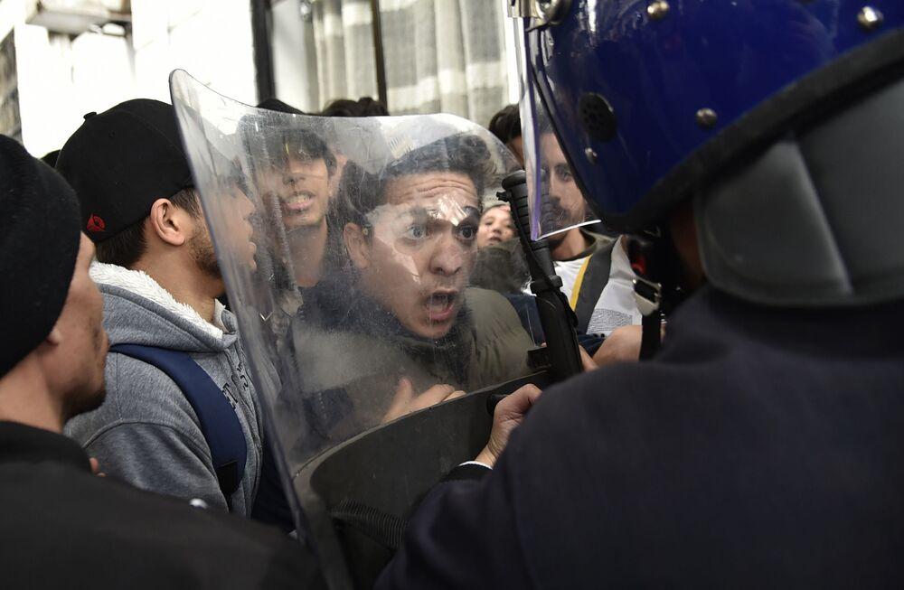 Protesto estudantil na Argélia contra a nomeação do presidente Abdelaziz Bouteflika para um quinto mandato, 26 de fevereiro de 2019
