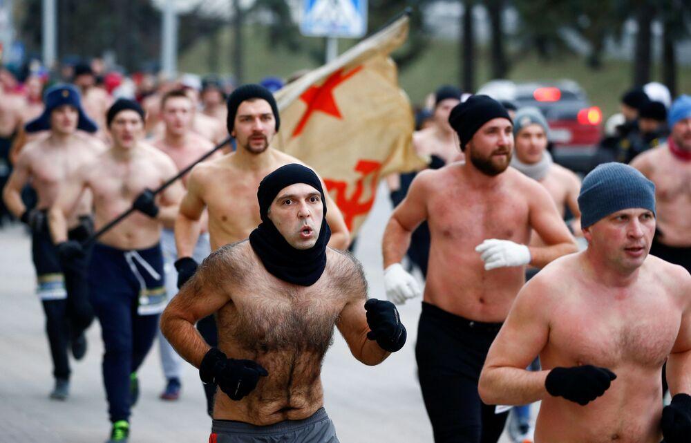 Homens participam de corrida para comemorar o Dia do Defensor da Pátria, em Minsk, Bielorrússia, 23 de fevereiro de 2019