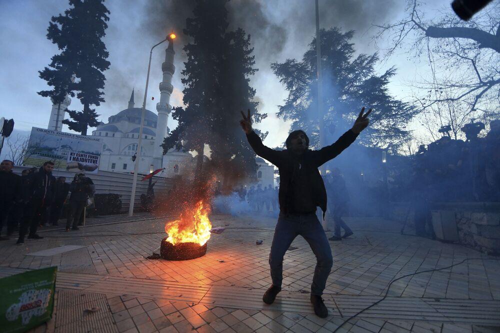 Manifestante durante protesto anti-governamental em Tirana, Albânia, 26 de fevereiro de 2019