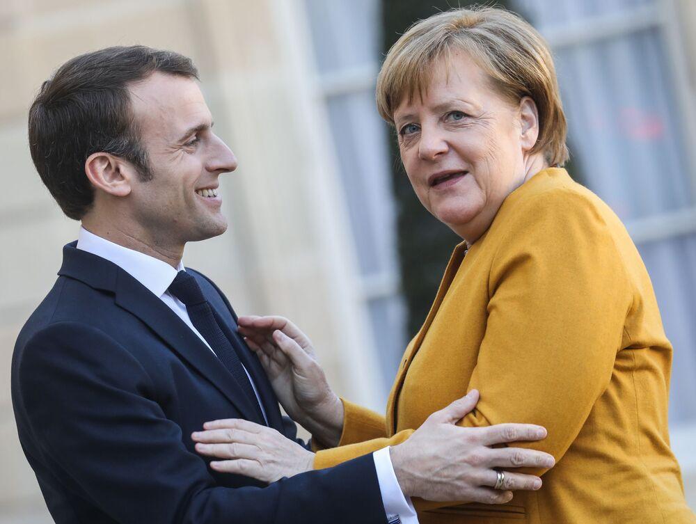 Presidente francês Emmanuel Macron cumprimenta chanceler alemã Angela Merkel durante reunião no Palácio Elysee, em Paris, França, 27 de fevereiro de 2019