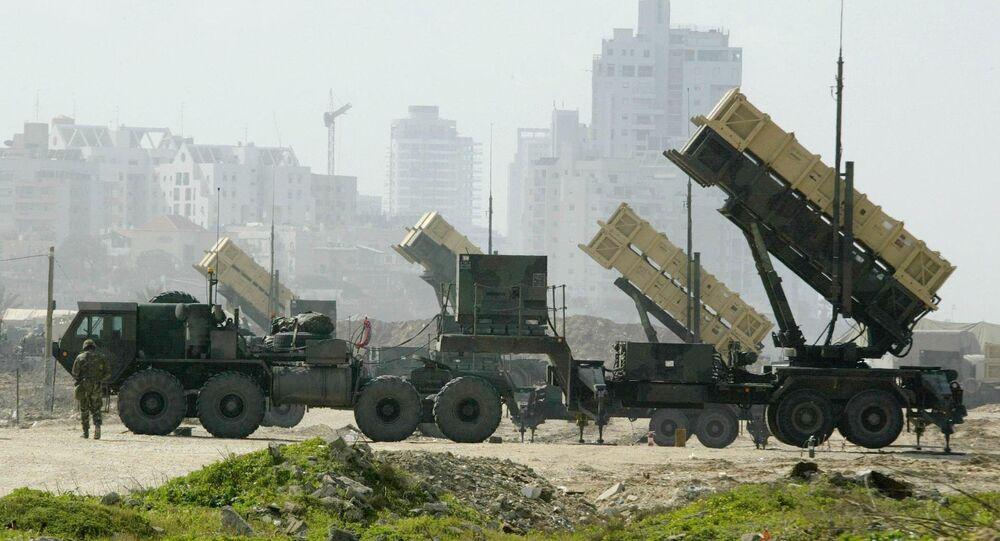 Uma bateria anti-míssil Patriot dos EUA é montada em uma base em Jaffa, ao sul de Tel-Aviv, foto de arquivo.