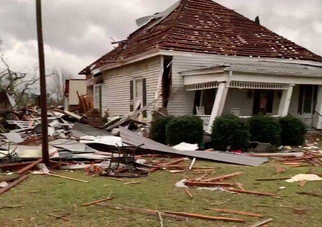 Casa destruída por tornado no estado do Alabama, EUA