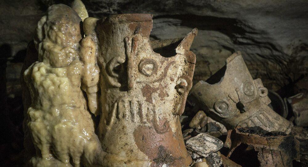 Artefatos maias na caverna Balamkú