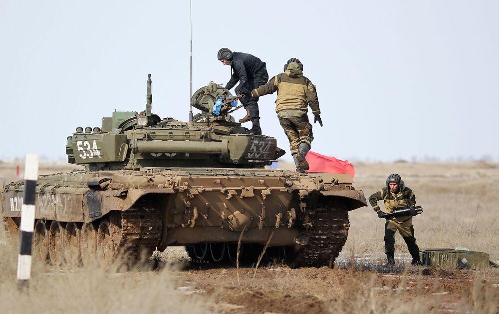 Militares russos inspecionam blindados no decurso de competição biatlo de tanques no polígono de Prudboi, na região russa de Volgogrado