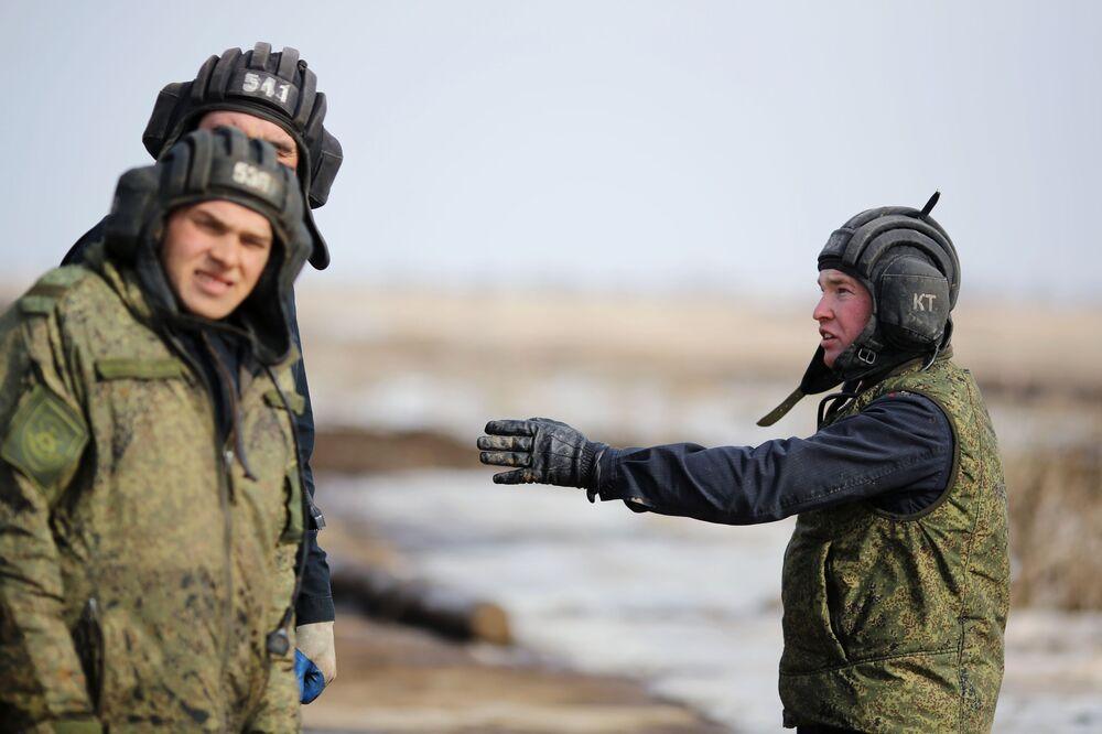 Militares tomam parte em biatlo de tanques nos arredores da cidade russa de Volgogrado