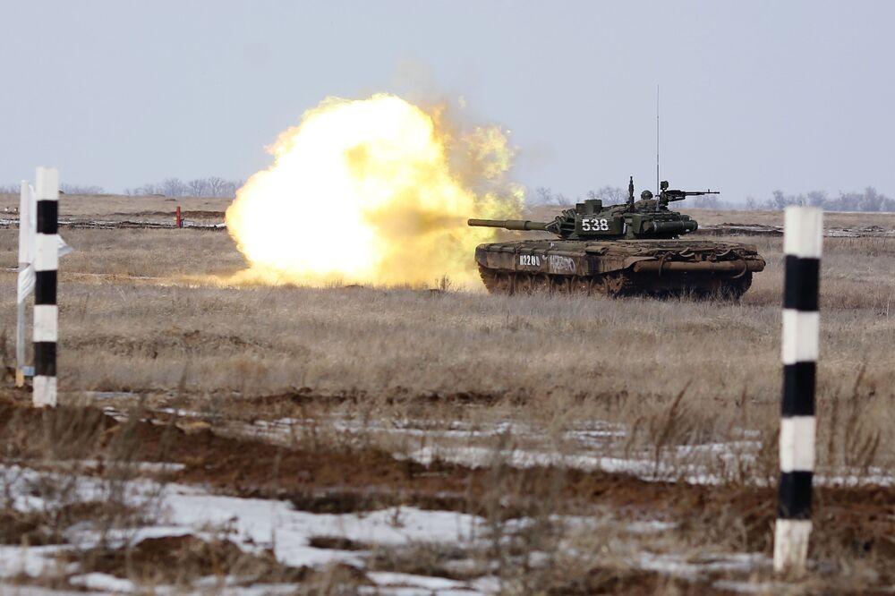 Veículo blindado abre fogo contra alvos de um inimigo virtual durante a competição biatlo de tanques
