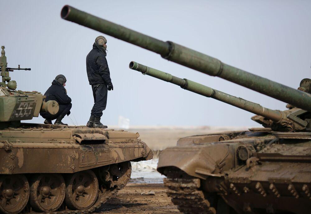 Tripulação de um blindado no polígono militar participa da competição biatlo de tanques