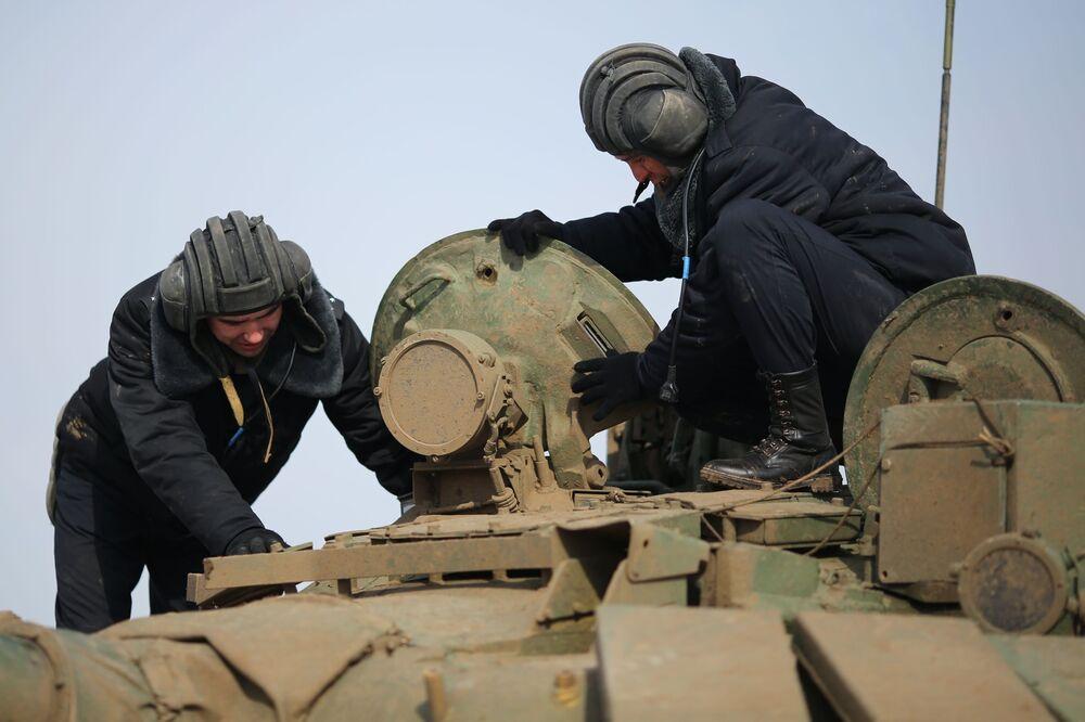 Tripulantes prontos para entrar no tanque e mostrar suas habilidades durante a nova fase do biatlo