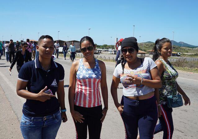 Venezuelana com camisa representando a bandeira dos Estados Unidos