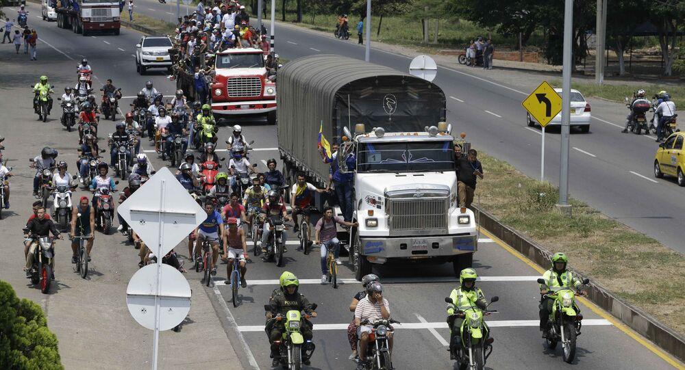 Pessoas acompanham ajuda humanitária dos EUA destinada à Venezuela, em Cucuta, Colômbia, 23 de fevereiro de 2019