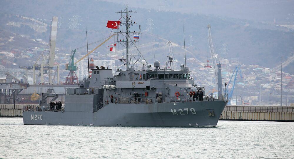 Navio da Marinha da Turquia se aproximando de porto no sul da Rússia
