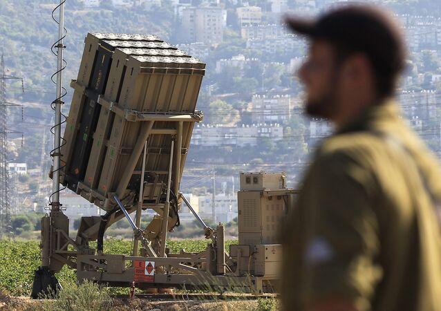 Um soldado israelense ao lado de uma bateria de interceptores de mísseis posicionada perto da cidade de Haifa, no norte de Israel (arquivo)