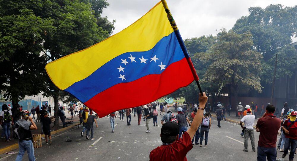 Manifestante com a bandeira venezuelana