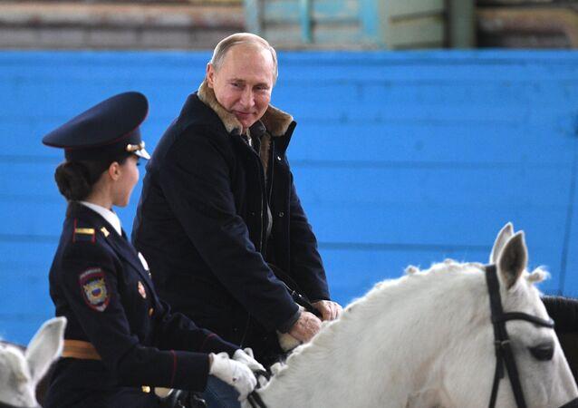 Vladimir Putin, presidente russo, durante visita ao primeiro regimento operacional de polícia de Moscou, na Rússia