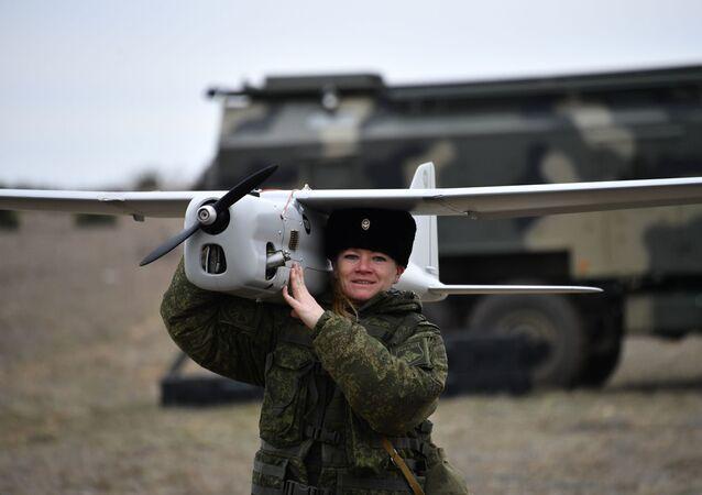 Uma engenheira técnica da unidade feminina de pilotagem de veículos aéreos não tripulados da Brigada de Reconhecimento da Frota do Mar Negro antes do lançamento do drone de reconhecimento Orlan-10 da Rússia