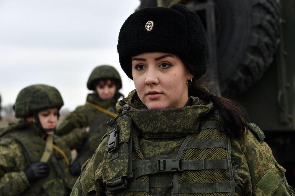 Uma engenheira técnica da unidade feminina de pilotagem de veículos aéreos não tripulados lança o drone de reconhecimento russo Orlan-10 Militares da unidade feminina de pilotagem de veículos aéreos não tripulados da Brigada de Reconhecimento da Frota do Mar Negro durante treinamentos