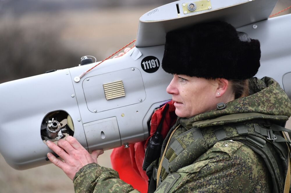 Uma engenheira técnica da unidade feminina de pilotagem de veículos aéreos não tripulados depois da aterrissagem do drone russo Orlan-10