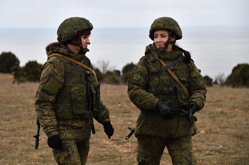 Duas militares da unidade feminina de pilotagem de veículos aéreos não tripulados da Brigada de Reconhecimento da Frota do Mar Negro durante treinamentos