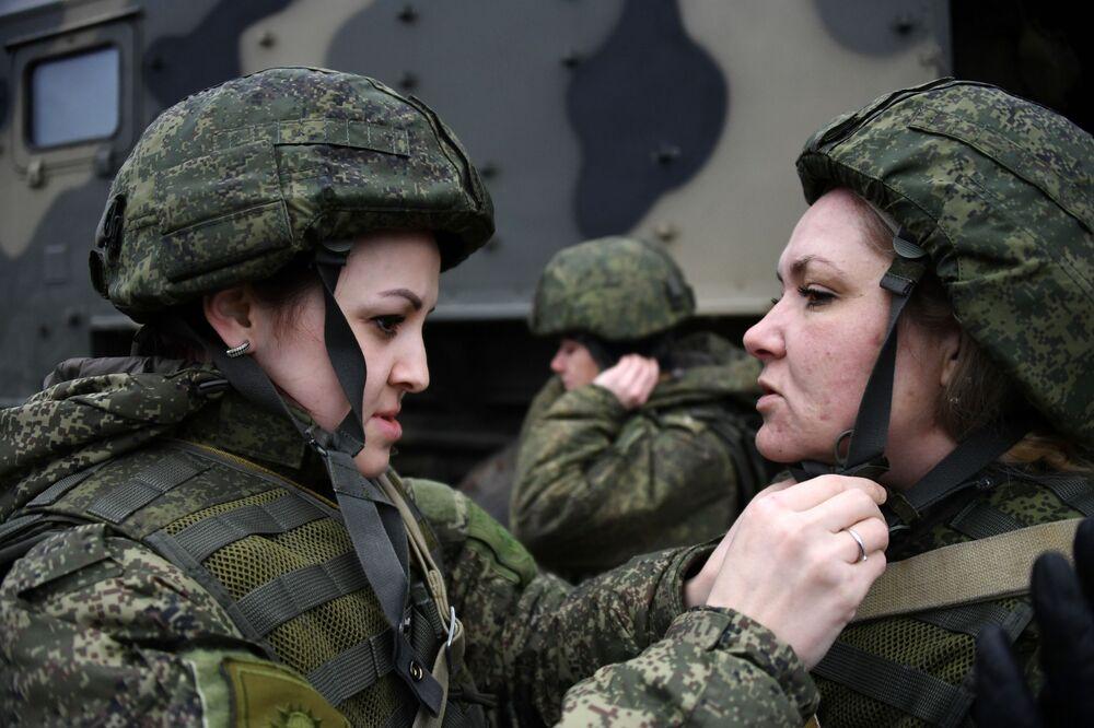 Militares da unidade feminina de pilotagem de veículos aéreos não tripulados da Brigada de Reconhecimento da Frota do Mar Negro antes do lançamento do drone de reconhecimento Orlan-10
