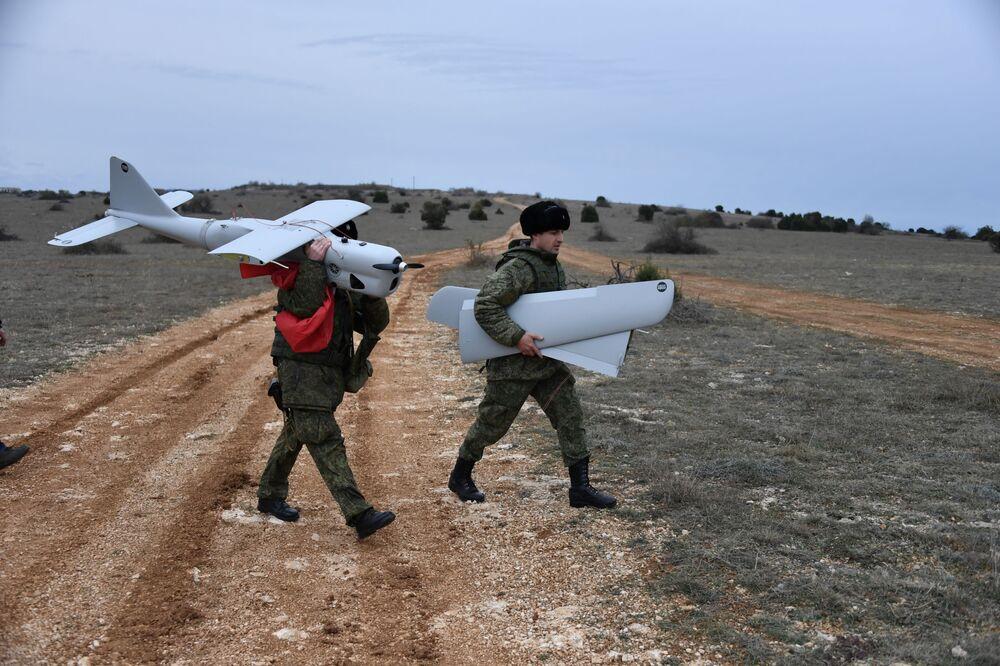 Militares da unidade feminina de pilotagem de veículos aéreos não tripulados da Brigada de Reconhecimento da Frota do Mar Negro após treinamentos com drones de reconhecimento Orlan-10