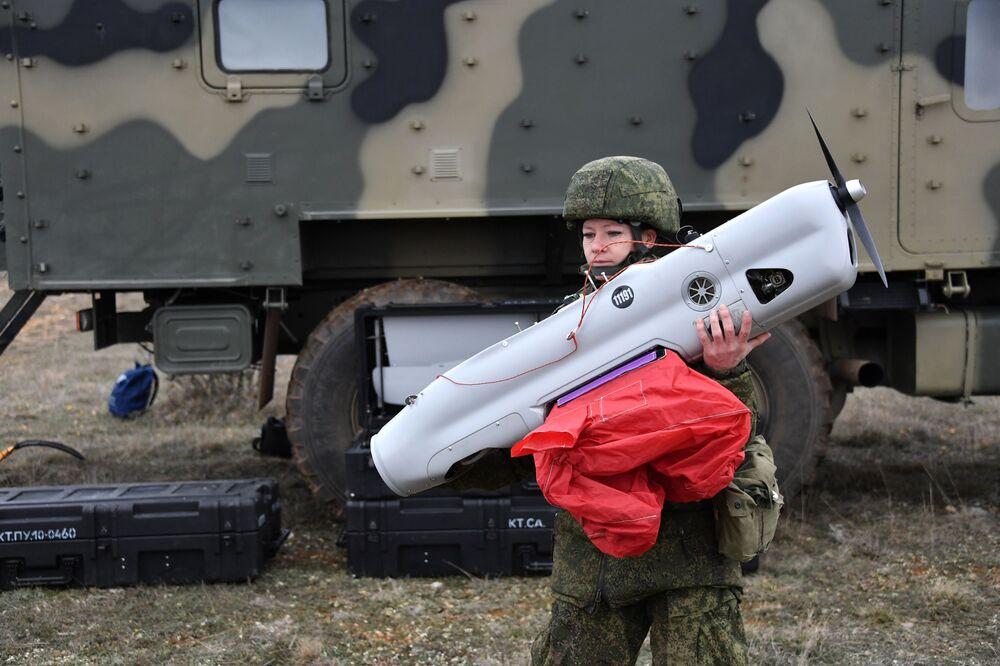 Uma engenheira técnica da unidade feminina de pilotagem de veículos aéreos não tripulados da Brigada de Reconhecimento da Frota do Mar Negro se prepara para o lançamento do drone Orlan-10