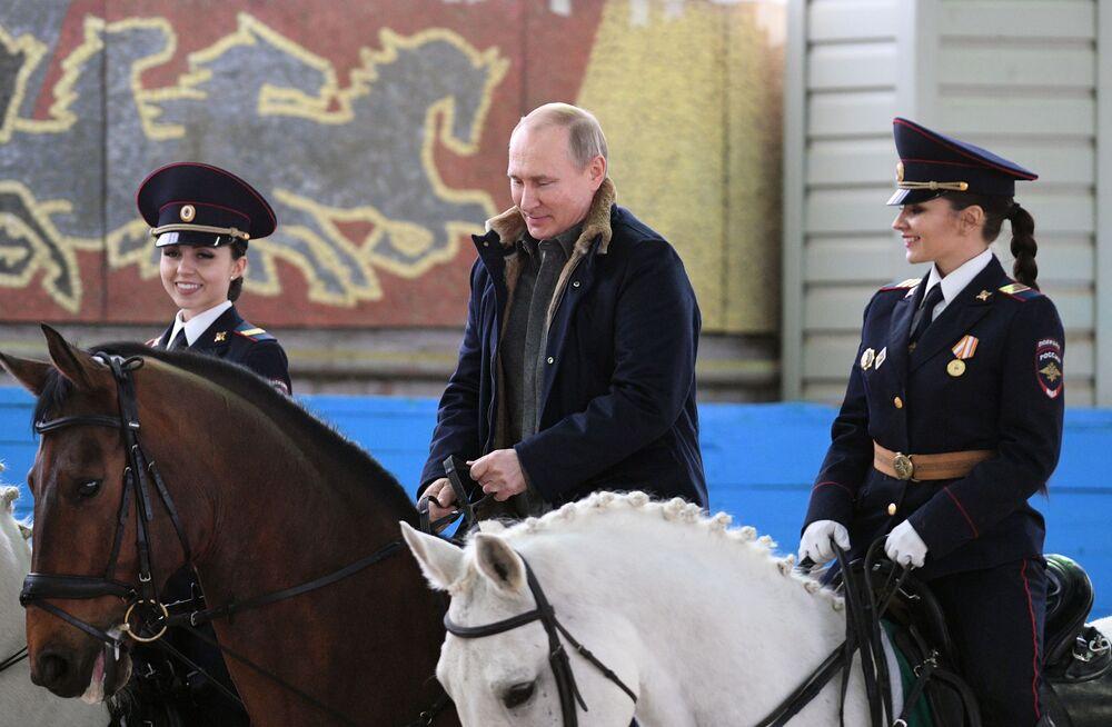 Presidente russo Vladimir Putin visita primeiro regimento operacional de polícia de Moscou, na Rússia, 7 de março de 2019