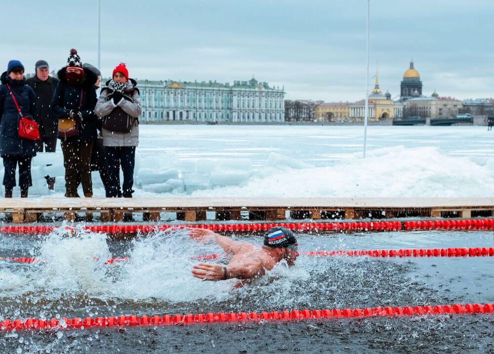 Participante da competição de natação de inverno em São Petersburgo, Rússia