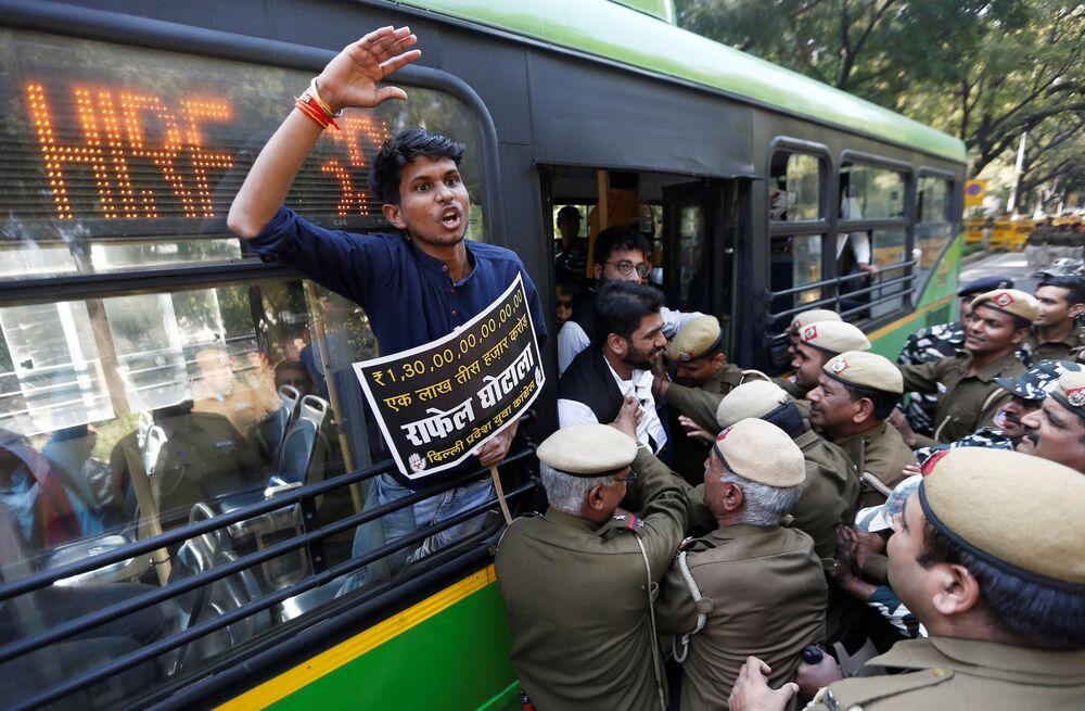 Policiais detêm ativistas indianos durante protesto exigindo renúncia do primeiro ministro da Índia, Narendra Modi, e da ministra da Defesa, Nirmala Sitharaman, por alegações de corrupção, em Nova Deli, Índia, 7 de março de 2019