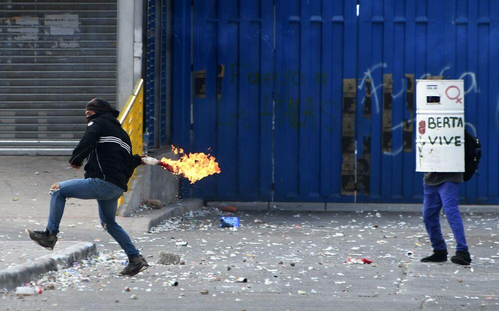 Homem lança coquetel Molotov durante protesto em Honduras, em 4 de março de 2019
