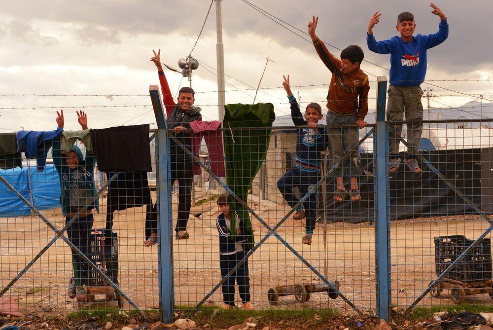 Crianças em campo de refugiados vindos da Síria e de outras partes do Iraque, perto da cidade de Sulaymaniyah, no Iraque