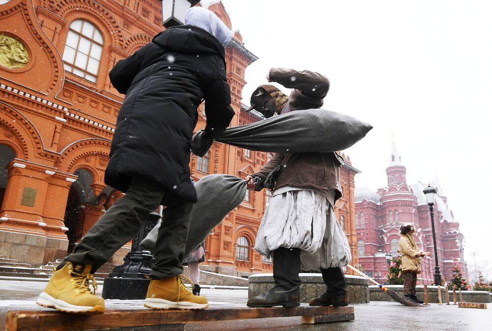 Participantes da tradicional festividade russa da Maslenitsa, em Moscou, Rússia