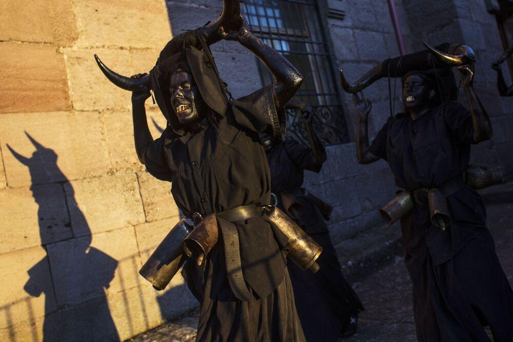Participantes do carnaval Diablos de Luzon na cidade de Luzon, Espanha
