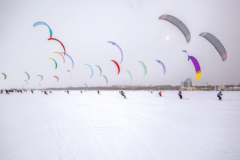 Competição anual internacional de snowkiting no lago Onega, na república da Carélia, Rússia
