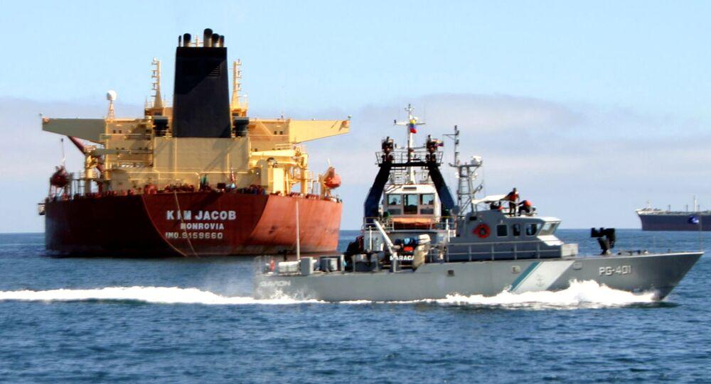 Barco-patrulha venezuelano passa pelo petroleiro Kim Jacob carregando 1 milhão de barris de petróleo bruto no estado oriental de Anzoátegui, na Venezuela