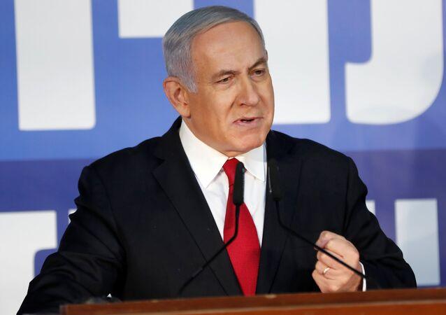 O primeiro-ministro israelense, Benjamin Netanyahu, faz uma declaração à imprensa em sua residência em Jerusalém.