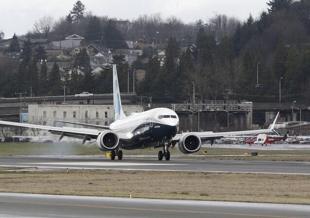 Um Boeing 737 MAX retorna depois de um voo no campo da Boeing, em Seattle, Washington.