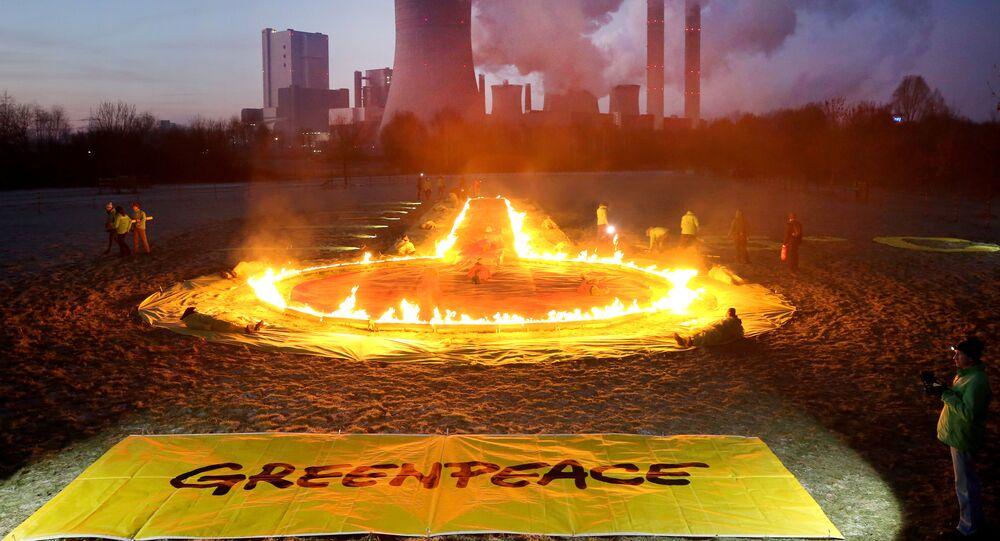Ativistas do Greenpeace protestam em frente à usina elétrica de Niederaussem, em Rommerskirchen, na Alemanha Ocidental, 22 de janeiro de 2019