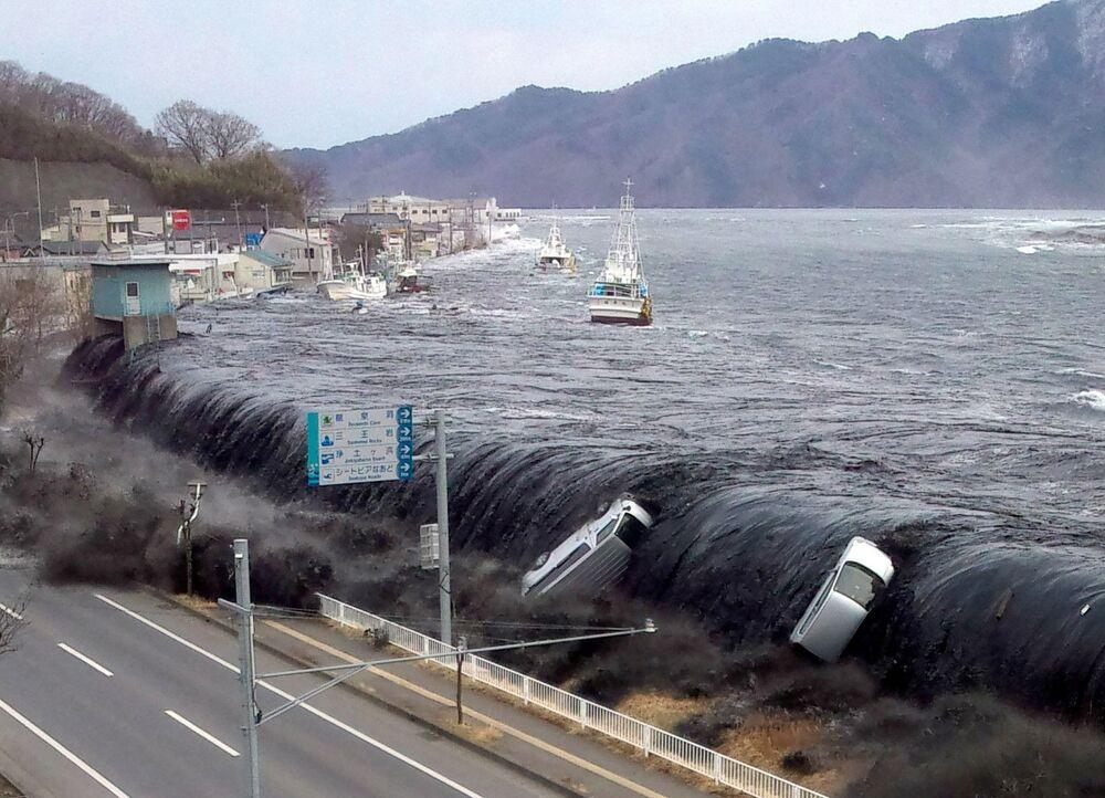 Devastação causada por tsunami após terremoto de magnitude 9 ter atingido a cidade japonesa de Miyako, 11 de março de 2011