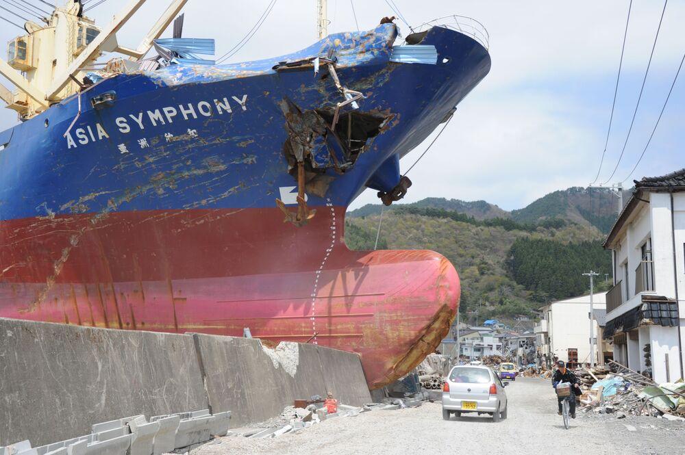 Navio de carga invade cidade e quebra muro de contenção após tsunami ter destruído a cidade de Kamaishi, província de Iwate, no Japão, 6 de maio de 2011