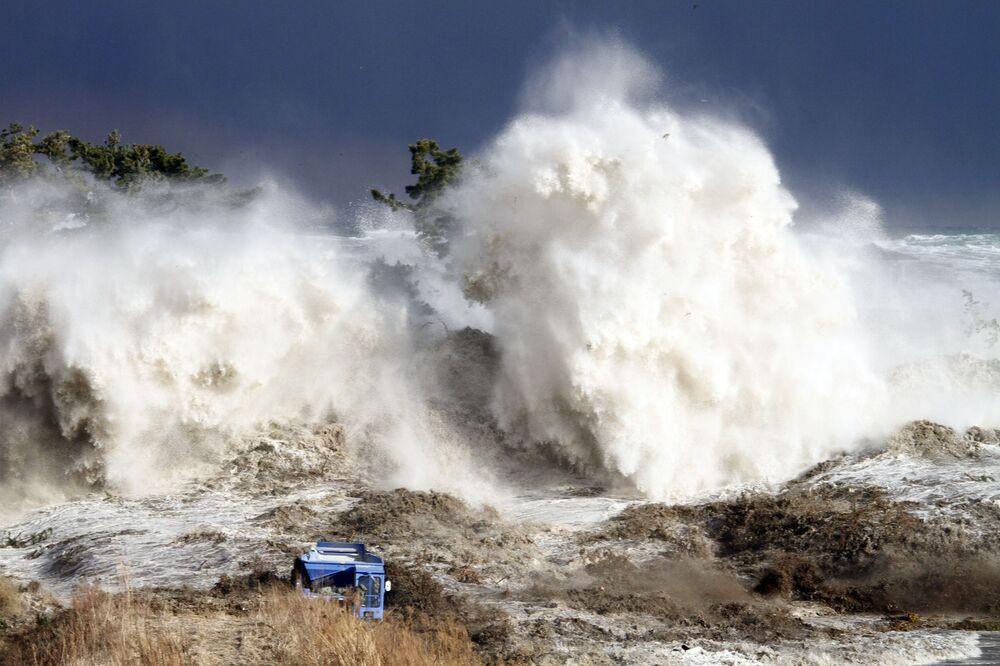 Ondas formadas pelo tsunami que atingiu a costa de Minamisoma na província japonesa de Fukushima, 21 de março de 2011