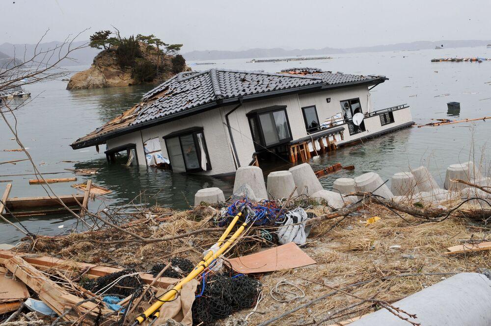 Casa dentro do mar nove dias após o terremoto e tsunami que atingiram a costa nordeste da ilha principal do Japão, Honshu, 20 de março de 2011