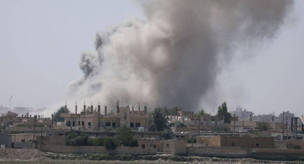 Fumaça sobe da província de Raqqa, na Síria. (Arquivo)