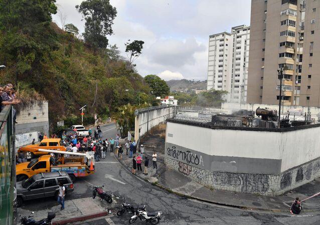 Moradores de Caracas reunidos do lado de fora de uma subestação de energia danificada da estatal Corpoelec, na capital do país, onde explosões de causa desconhecida ocorreram neste 11 de março de 2019, dias após o início de um grande apagão elétrico que segue afetando várias áreas da Venezuela.