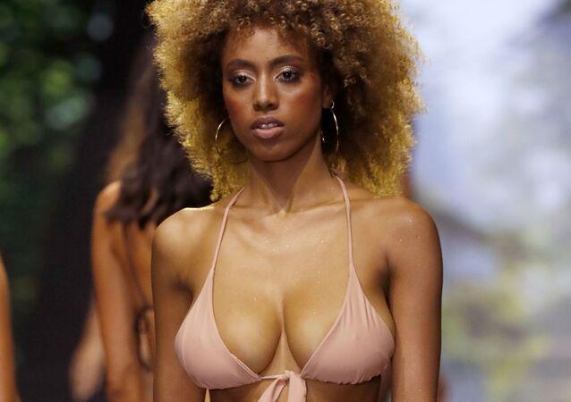 Mulher desfila na passarela usando biquíni do estilista israelense Banahot durante Tel Aviv Fashion Week