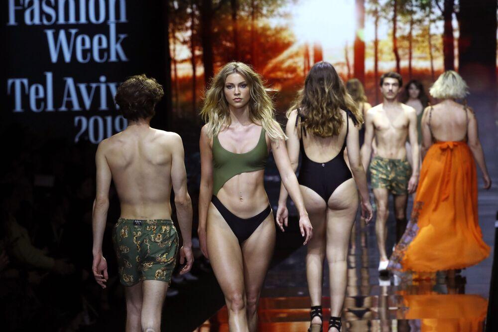 Modelos apresentam nova coleção de moda praia durante Tel Aviv Fashion Week