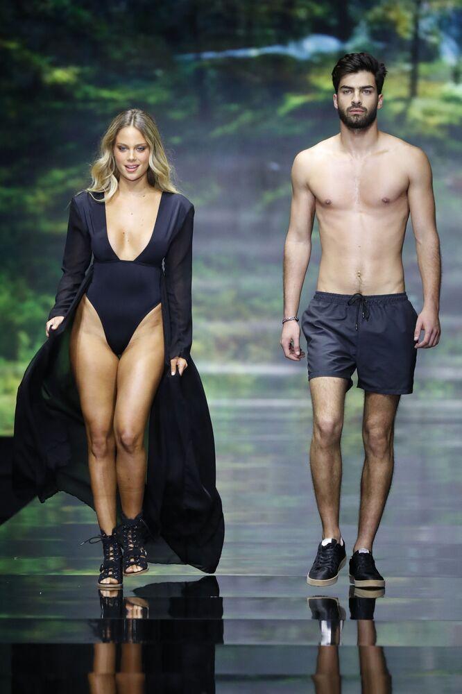 Modelos demonstram nova coleção da marca israelense Banahot durante Tel Aviv Fashion Week