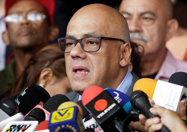 Jorge Rodríguez, presidente da câmara de Caracas, dialoga com a mídia depois de ter contestado a proposta de referendo da oposição contra o presidente venezuelano Nicolás Maduro, em Caracas (imagem referencial)