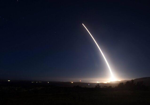 Um míssil balístico intercontinental Minuteman III desarmado é lançado durante teste operacional realizado na Base Aérea de Vandenberg, na Califórnia. (arquivo)