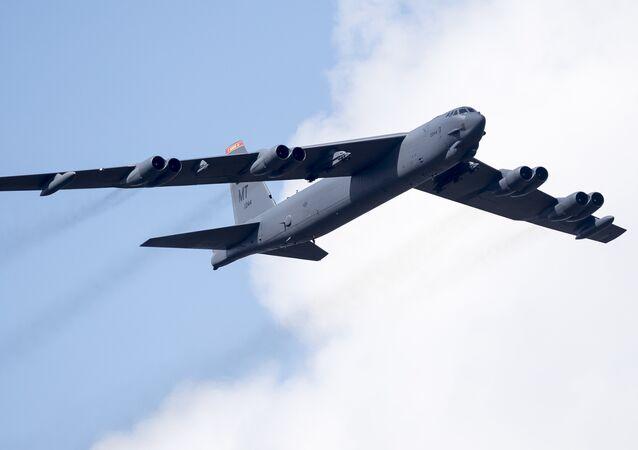 Bombardeiro B-52 da Força Aérea dos EUA sobrevoa o Campo de Treinamento em Pabrade, Lituânia, durante exercício militar da OTAN, 60 quilômetros ao norte da capital Vilnius, 16 de junho de 2016